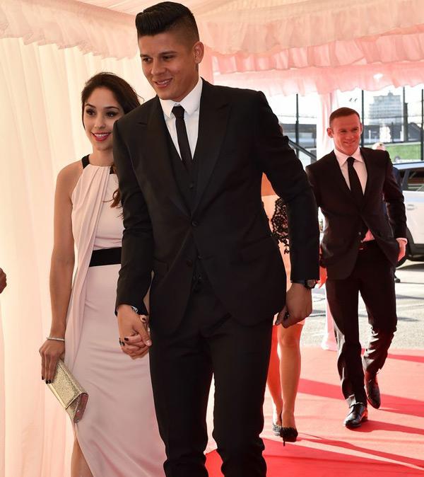 Marcos Rojo tay nắm tay bạn gái Eugenia vào dự tiệc.