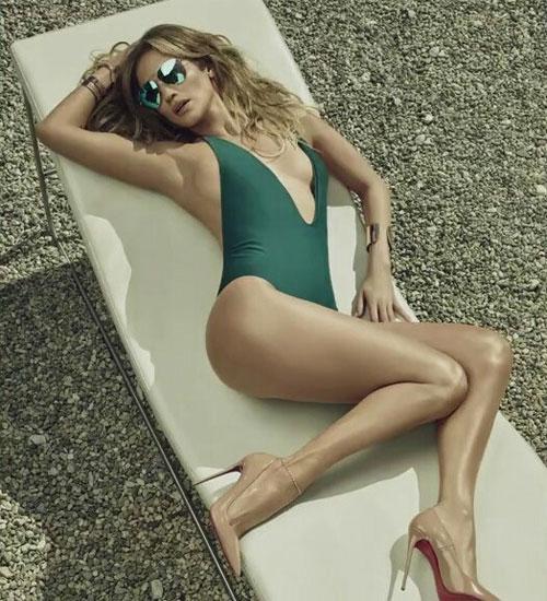 Jennifer Lopez khoe thân hình bốc lửa ở tuổi 45