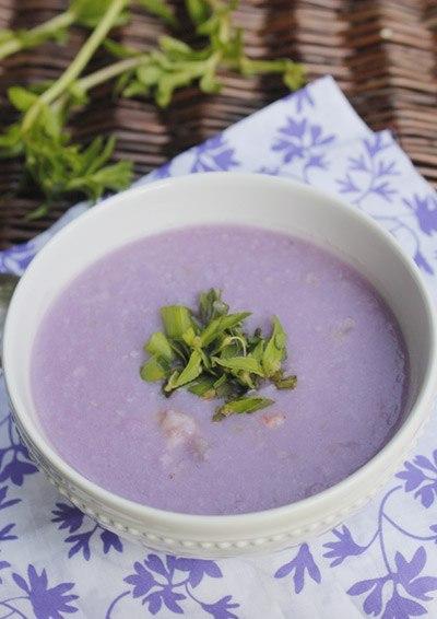 Khoai mỡ có màu tím đẹp, ăn lại ngon, được nấu kèm với tôm, điểm thêm mùi thơm của rau ngổ.