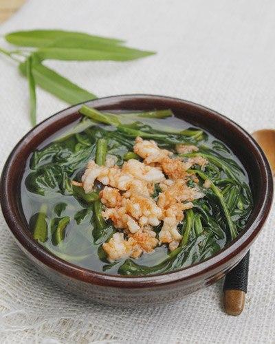Rau muống giòn, ngọt được nấu kèm với tôm tươi sẽ là món canh ngon cho bữa cơm nhà bạn.