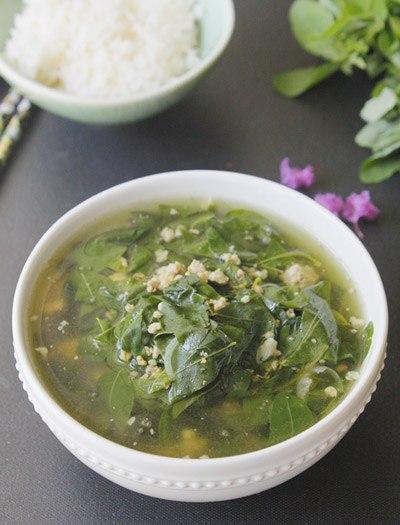 Rau ngót rất mát và ngọt, được nấu cùng với tôm, thịt xay sẽ là món canh ngon đủ chất cho bữa cơm gia đình bạn.