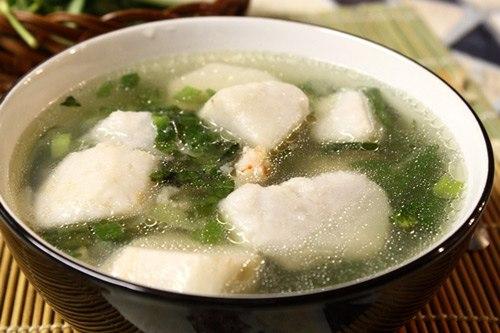 Khoai môn bùi bùi, nước canh ngọt, quyện với mùi thơm của ngò gai, rất dễ ăn cơm.