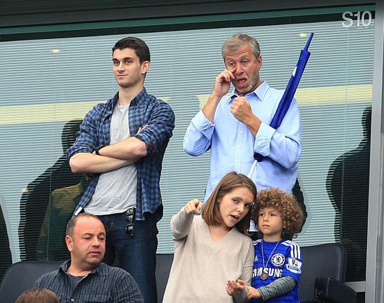 Ông chủ Roman Abramovich cũng đưa cậu con trai Aaron tới sân