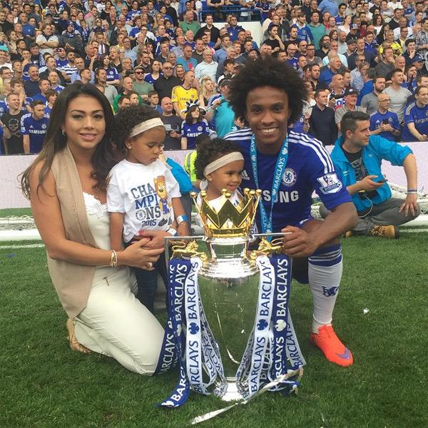 Gia đình Willian chụp ảnh cùng Cup.