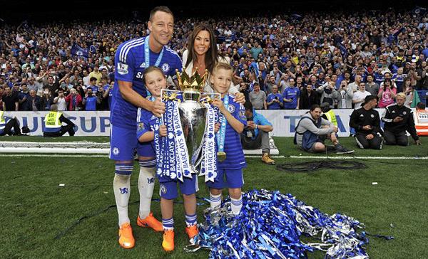 Thủ quân John Terry hạnh phúc chụp ảnh cùng bà xã Toni và cặp song sinh 9 tuổi, bé Georgie và Summer