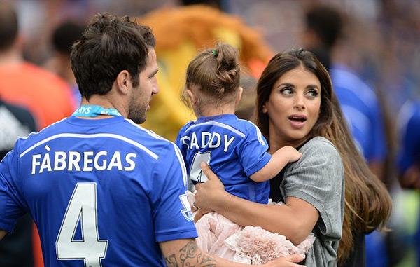Trước loạt trận cuối cùng, Fabregas đưa Daniella Semaan và con gái cưng đi nghỉ mát.