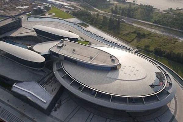 Tỷ phú chi 155 triệu USD xây phòng làm việc như tàu vũ trụ