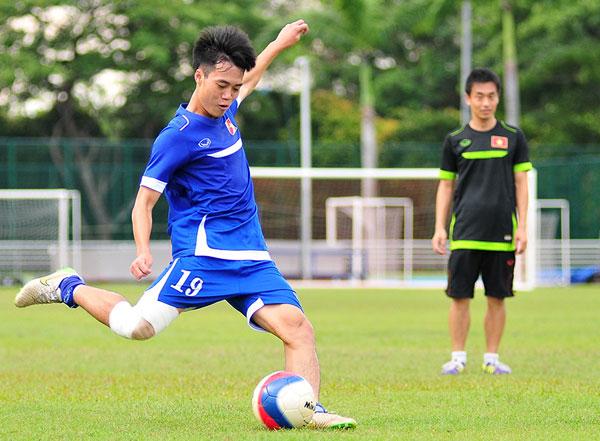 Hôm nay HLV Miura đã cắt giảm khối lượng tập luyện. U23 Việt Nam chỉ rèn quân trong khoảng một tiếng, với các bài tập chiến thuật, chống bóng bổng và thi đấu đối kháng nhẹ nhàng. 'Ngày mai chúng ta sẽ bắt đầu chiến dịch SEA Games 28. Trận đấu đầu tiên luôn có ý nghĩa vô cùng quan trọng. Vì vậy tôi sẽ tung đội hình mạnh nhất để đá với U23 Brunei', HLV Miura chia sẻ sau buổi tập.