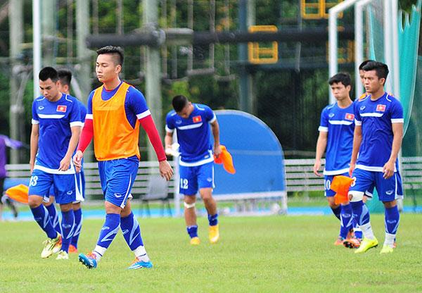 Trong buổi tập, khuôn mặt tiền đạo Tuấn Tài thể hiện sự thất vọng bởi anh vừa bị gạch tên vào phút chót do U23 Việt Nam chỉ được đăng ký 18 cầu thủ, hai thủ môn và một thủ môn dự phòng.