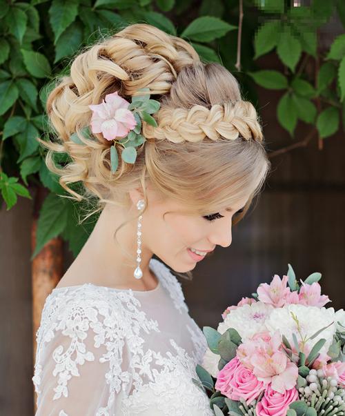 Cô dâu chọn tóc búi mát mẻ cho đám cưới mùa hè
