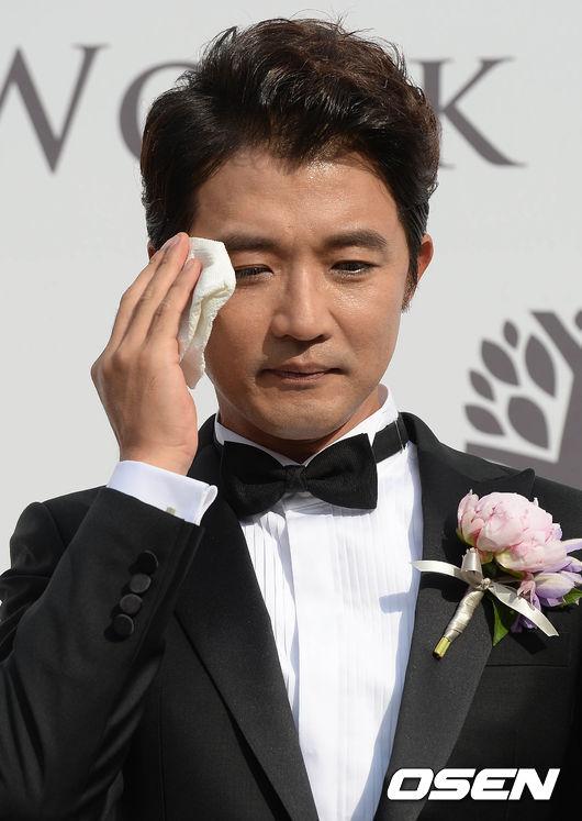 Trời khá nóng, khiến ngôi sao xứ Hàn đổ mồ hôi liên tục.
