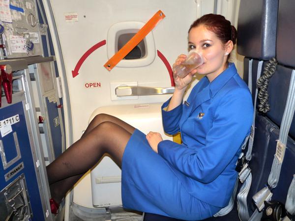 Không gian chật hẹp và thời gian nghỉ ngơi ít ỏi của các tiếp viên hàng không.
