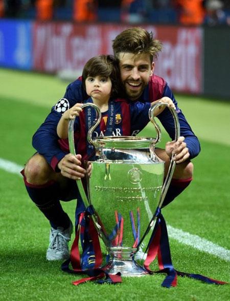 Pique vui vẻ bế cậu con trai đầu lòng Milan xuống sân, chụp ảnh cùng Cup sau khi vô địch Champions League cùng Barca.