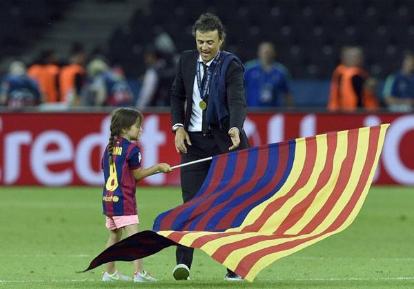 Các thiên thần nhỏ của sao Barca hôm qua cũng xuống sân chia vui với bố. Trong ảnh là HLV Luis Enrique và cô con gái cưng.