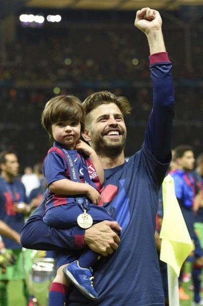 Ông bố điển trai tỏ ra rất phấn khích, bế con trai đi khắp sân chào khán giả.