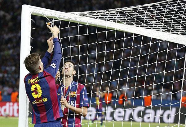 Pique gây chú ý với hành động cắt lưới sau mỗi lần giành chiến thắng trong các trận chung kết lớn.