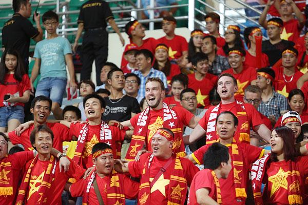 Sân Bishan nhuộm một màu đỏ rực và sôi động với sự cổ vũ nhiệt tình của các CĐV Việt Nam.