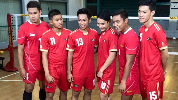 Muhammad Azreen Sairudin (ngoài cùng bên phải) và các đồng đội trong tuyển cầu mây Singapore.