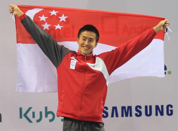 Zheng Wen cầm cờ tổ quốc khi giành HC vàng 100m bơi ngửa