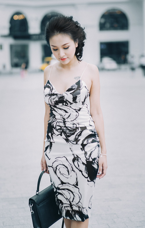 Vân Hugo khéo khoe ưu điểm hình thể với mẫu váy hai dây ôm sát body được cắt may trên chất liệu vải in họa tiết hoa hồng trắng đen vô cùng ấn tượng và lãng mạn.