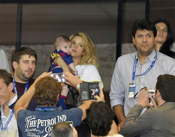 Shakira và cậu con trai nhỏ Sasha ngồi trên khán đài.