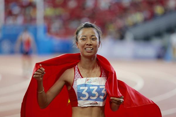 Ở dưới sân, bạn gái của Đình Hoàng là nhà vô địch SEA Games cự ly 800m hôm qua thi đấu xuất sắc, tiếp tục giành tấm HC vàng ở cự ly 1.500m.