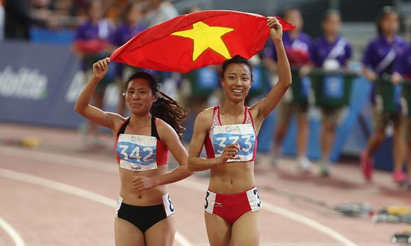 Niềm vui của hai nữ VĐV điền kinh Việt Nam khi lần lượt giành hai vị trí cao nhất.