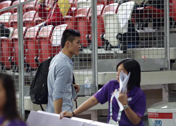 Nhà vô địch 24 tuổi tới sân, nhanh nhẹn lên một góc khán đài âm thầm theo dõi người yêu thi đấu.