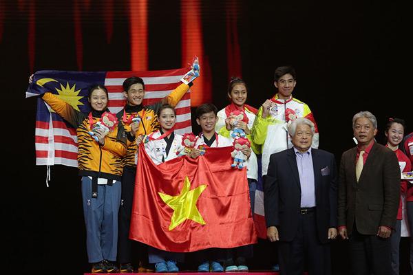 Cặp Minh Tú - Minh Văn rạng rỡ trên bục nhận huy chương