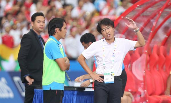 Một người điềm tĩnh như HLV Miura cũng không giấu được sự thất vọng khi đội nhà thua trận.