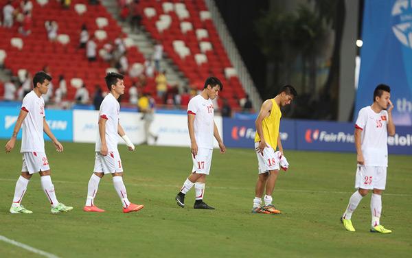 Các cầu thủ U23 Việt Nam thất thểu đi trên sân sau khi trận đấu với U23 Myanmar kết thúc chiều nay.