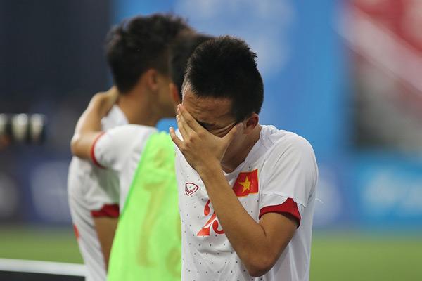 Huy Toàn, người ghi bàn thắng duy nhất cho U23 Việt Nam cũng ôm mặt