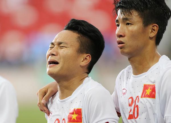 Phi Sơn cũng òa khóc như một đứa trẻ trên sân, tiếc nuối vì trận thua cay đắng.
