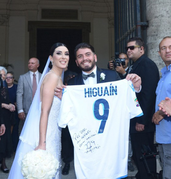 Chú rể điển trai khoe chiếc áo có chữ ký của danh thủ Higuain