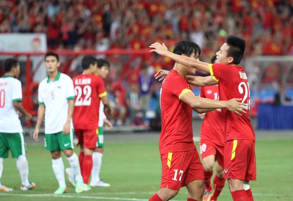 Tiền đạo người Quảng Ninh dễ dàng đánh lừa thủ môn U23 Indonesia, mở tỷ số cho U23 Việt Nam.