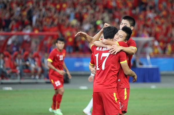 Xúc động sau khi ghi bàn, chân sút Việt kiều mừngMàn thắng của Hồng Quân ngay hiệp một tạo đà tâm lý tốt cho các cầu thủ áo đỏ.