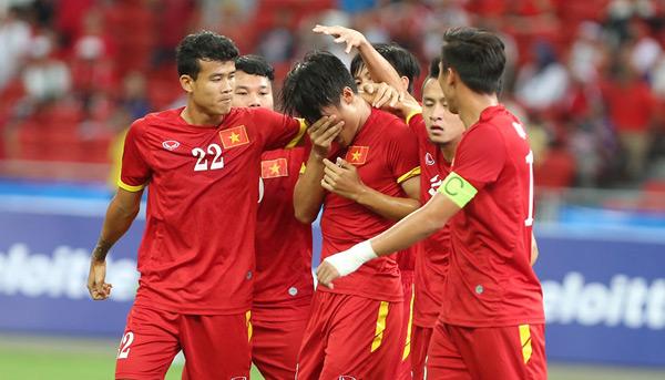 Sau khi ghi bàn, Hồng Quân xúc động, khóc òa trong vòng tay đồng đội.
