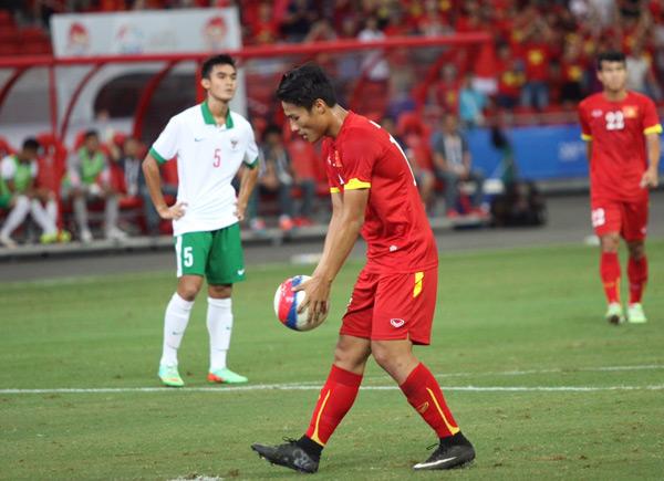 Huy Toàn có pha đi bóng dứt điểm trung tay cầu thủ Indonesia trong vòng cấm. Trọng tài chỉ tay vào chấm phạt đền. Hai người được chọn đá 11m trong đội là Công Phượng và Huy Toàn. Tuy nhiên, đội trưởng Ngọc Hải quyết định cầm bóng đưa Hồng Quân thực hiện cú đá. Trận trước, tiền đạo Việt kiều chịu nhiều áp lực vì quá vô duyê trong dứt điểm khiến đội nhà thua 1-2 Myanmar. Sau khi ghi bàn, Hồng Quân khóc trong vòng tay các đồng đội.