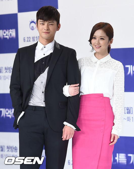 """Sánh vai Jang Nara tại họp báo là bạn diễn kém cô 6 tuổi, Seo Il Guk. Nam diễn viên này tiết lộ, tuổi tác hoàn toàn không là vấn đề với anh, và anh bị ấn tượng mạnh bởi vẻ ngoài """"siêu dễ thương"""" của nữ đồng nghiệp."""