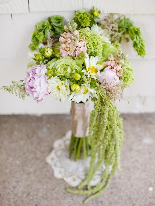 Nếu đám cưới vào mùa hè, cô dâu nên chọn kiểu dáng hoa cưới tự nhiên, mềm mại.