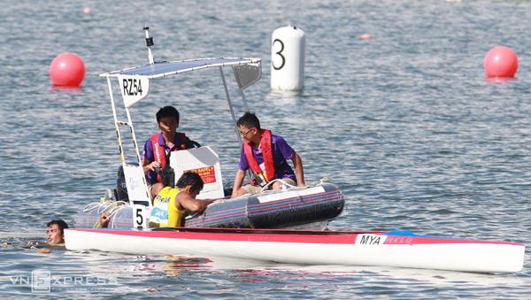 Cặp VĐV giành HC vàng chèo thuyền nội dung C2-1000m người Myanmar do vội vào bờ để chia sẻ niềm vui với đồng đội nên bị lật thuyền ngã nhào xuống nước.