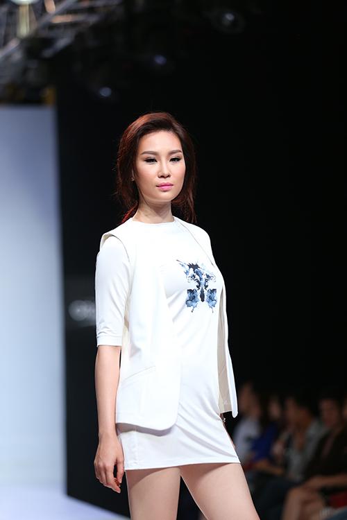 Đề cao tính tiện dụng và tôn nét gợi cảm cho người mặc vì thế các mẫu váy áo được xây dựng trên phom dáng đơn giản và sexy.