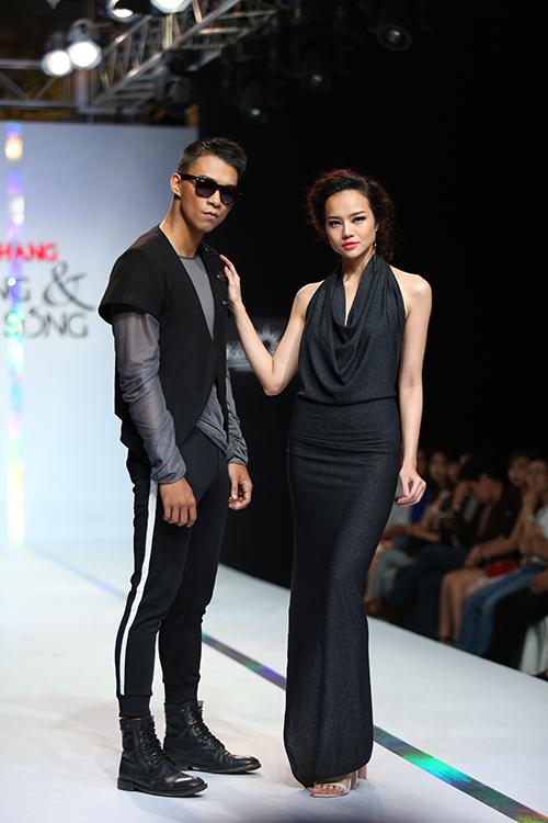 Đi đôi với phong cách trẻ trung và gợi cảm dành cho phái đẹp là cách mix - match trang phục thun phá cách dành cho nam giới.