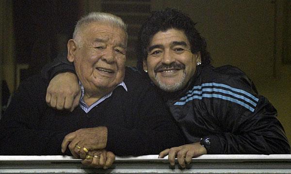 Maradona và bố trong một lần đi xem bóng đá tại Buenos Aires năm 2012. Ảnh: AFP.
