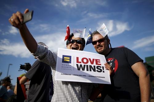 Một cặp đồng tính nam chụp ảnh tự sướng trong cuộc tuần hành mừng chiến thắngWest Hollywood, California, United States