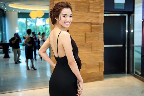 Kim Cương khoe đường cong gợi cảm với thiết kế váy hai dây, hở lưng s.e.xy.