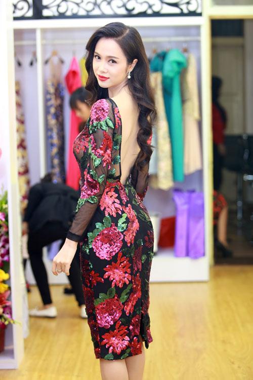 Bên cạnh điểm nhấn khoe lưng thon, chính chất liệu vải lưới cùng cánh hoa sequin kết nổi giúp mẫu váy ôm của Ngọc Anh trở nên giá trị hơn.