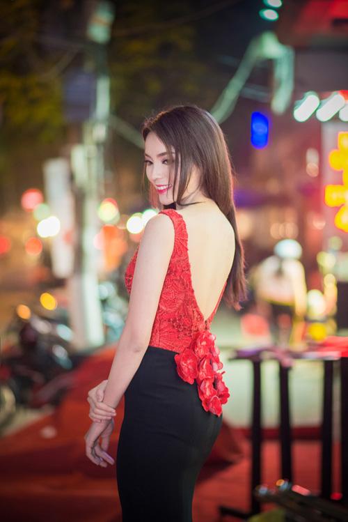 Hoa hậu Kỳ Duyên khéo khoa đường cong với váy dạ hội hở lưng có gam màu đỏ đen và những điểm nhấn bắt mắt ở phần lưng.