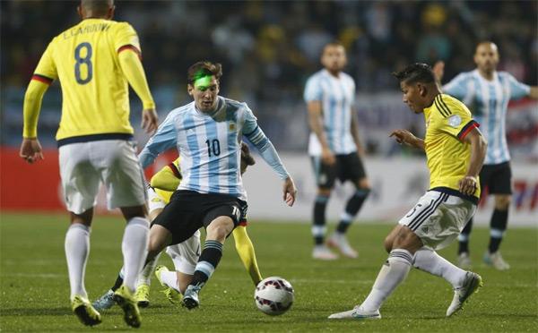 Messi bị chiếu laser vào mặt khi Argentina thi đấu ở tứ kết Copa America với Colombia tuần trước.