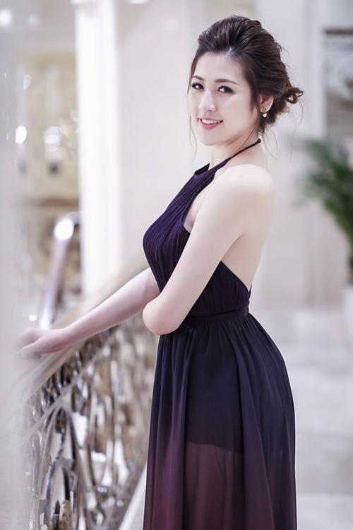 Tú Anh khoe làn da trắng ngần với thiết kế váy lụa mềm, mẫu váy hở lưng của á hậu được cắt may dựa trên kiểu dáng áo yếm.